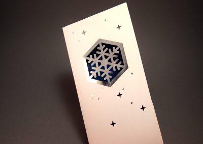 Hiutale laserleikattuna folioituun kortin kanteen