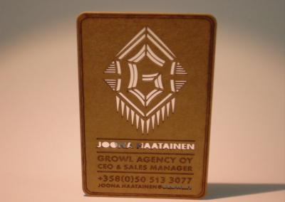 1 mm paksuisesta pahvista tehty käyntikortti lasermerkkauksella